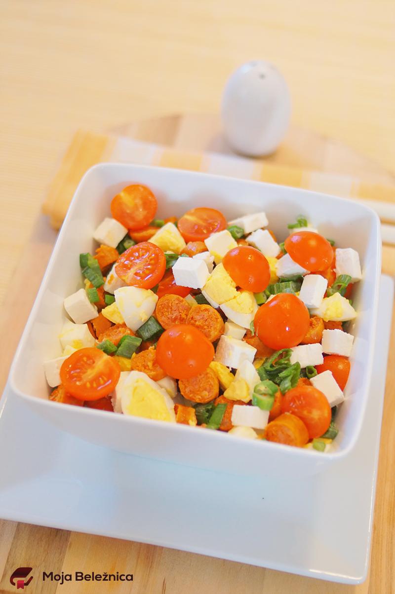 Topla salata sa kobasicama