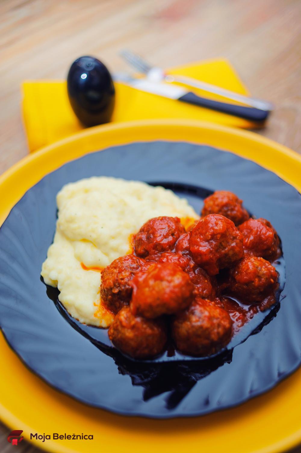 Ćufte u paradajz sosu sa kremastim krompir pireom